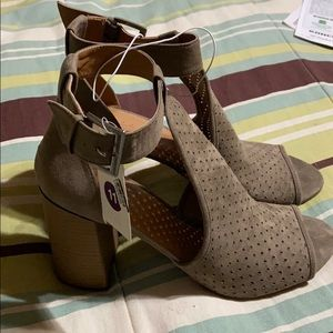 NWT! Taupe Colored Peeptoe.